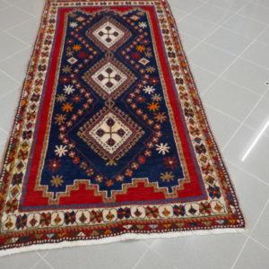 tappeto blu e rosso geometrico