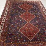 tappeto con piccoli disegni rosso blu
