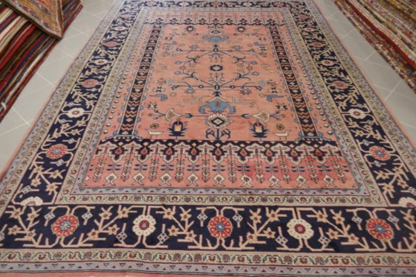 tappeto rosa antico geometrico da sala