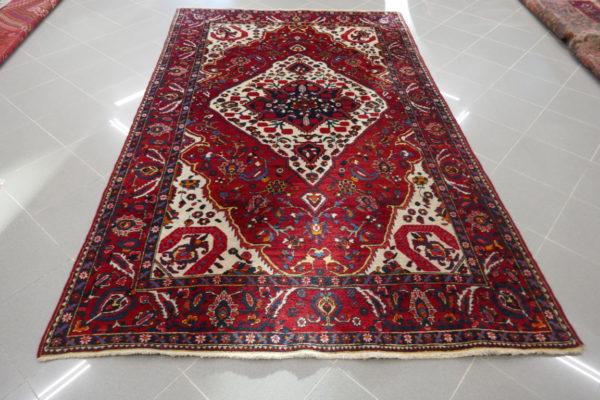 tappeto bordeaux con il medaglione