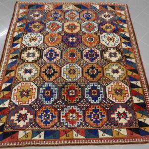tappeto geometrico colorato