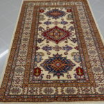 tappeto uzbek fondo avorio