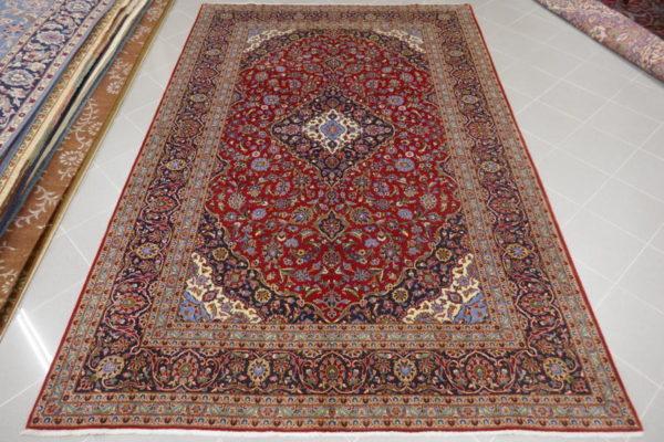 tappeto keshan classico a fondo rosso da sala