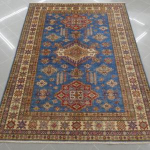 tappeto kazak da salotto fondo azzurro
