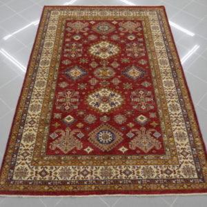tappeto kazak fondo rosso elegante da sala